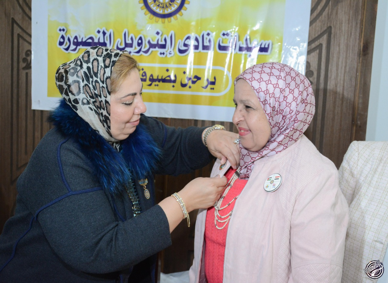 16-D95 Chairman presented an IW pin to a new member in IWC of El Mansoura